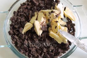 Шоколад режем на малые куски и с маслом растопим в микроволновой печи или на пару.