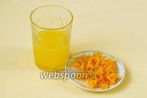 С апельсина снимаем цедру — 1,5 столовой ложки и отжимаем сок.