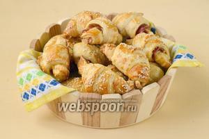 Выкладываем круассаны в корзинку, подаём тёплыми. Эти круассаны можно есть и холодными, используя для перекуса.