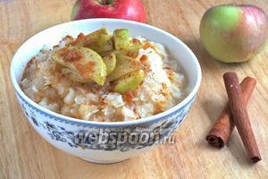 Рисовая каша с карамельными яблоками