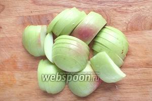 Нарежьте дольками яблоки.