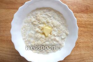 Из молока и хлопьев приготовьте кашу согласно инструкции на упаковке. Выложите в тарелки. Можно добавить по кусочку масла для вкуса.