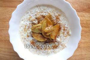 Добавьте в кашу готовые яблоки вместе с получившейся карамелью, посыпьте корицей и подавайте к столу. Приятного аппетита!