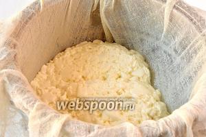 Дуршлаг выложить марлей и вылить туда сырную массу.