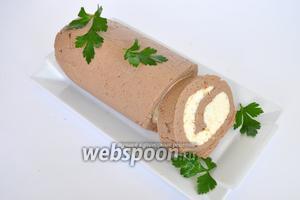 Резать горячим ножом или нитью, чтобы не крошился. У меня не крошился, так как я добавила сливочное масло в печень. Украсить зеленью и подавать.