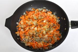 Добавить морковь и обжарить 4 минуты.