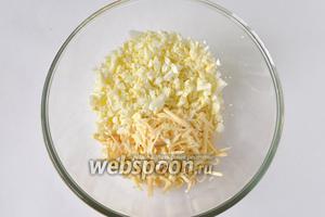 Для начинки отварить яйца и мелко нарезать, сыр натереть на тёрке.