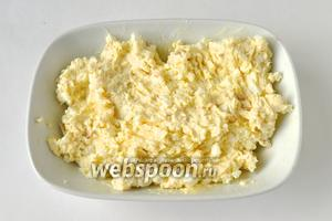 Размягчённое масло раздавить вилкой и смешать с сыром и яйцами, посолить.