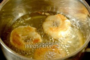 Разогреваем масло в кастрюле или сковороде с высокими бортиками. Как только масло нагреется, делаем средний огонь, чтобы фриттеры не подгорали. Яблочные кольца опускаем в тесто и сразу же во фритюр, обжариваем до зарумянивания.