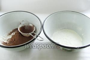 Сухие ингредиенты разделить на две емкости. В одну положить 25 г муки и какао, добавить половину ванилина и разрыхлителя. В другую - остальную муку, разрыхлитель и ванилин. Предварительно все просеять.