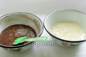 Яичную взбитую массу разделить поровну между мисками, аккуратно вмешивая в нее муку, чтобы получилось однородное тесто. Стараться не потерять пузырьки воздуха.