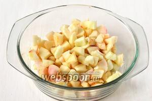 Яблоки очистить и нарезать кубиками.