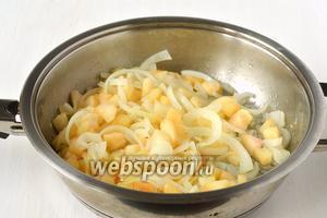 Соединить яблоки, лук и подсолнечное масло. Тушить 5-7 минут.