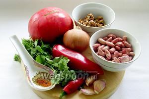 Для приготовления лобио потребуются: красная фасоль, грецкие орехи, лук, кинза, перец острый, перец болгарский (по желанию), чеснок, смесь приправ (хмели-сунели), красный перец, помидор, растительное масло, лавровый лист.