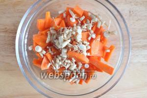 Морковь и корешки нарежьте небольшими произвольными кусочками.