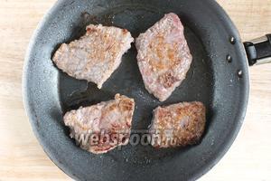 Хорошо разогрейте в сковороде половину растительного масла и быстро обжарьте кусочки мяса со всех сторон до золотистой корочки. Сковорода и масло должны быть хорошо раскалены.