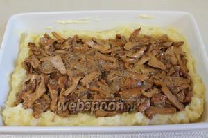 Внутрь положить поджаренные с луком лисички, оставив для соуса 2-3 ложки.