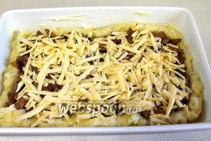 Натереть прямо на грибы на крупной тёрке сыр.