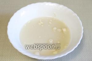 В холодной воде развести 0,5 ложки муки и хорошо размешать. Процедить через ситечко в кастрюлю с грибами.