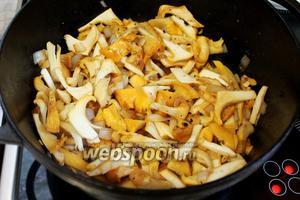 Добавить все грибы, быстро обжарить и накрыть крышкой, потушить 5 минут под крышкой, а затем её снять и жарить до полного выпаривания жидкости. Остудить.