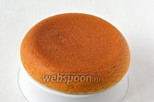 Вынуть бисквит, перевернув его на чашу для варки на пару. Охладить. Бисквит без яиц готов.