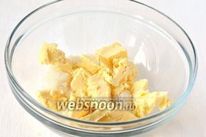 Соединить масло комнатной температуры и сахар.