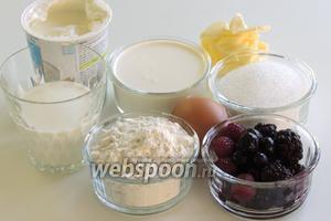 Подготовим ингредиенты: сметану жирностью не менее 20%, сливки жирностью 35%, масло, сахар и ванильный сахар, яйца (если у вас крупные, то 3, а если обычные 4), молоко, муку и свежие ежевику, чернику, малину.
