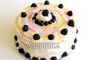 Украшаем ежевикой, и приятного аппетита! Торт хранится в холодильнике.