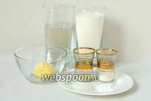 Для приготовления брецелей возьмём воду, муку, масло сливочное, дрожжи, разрыхлитель, соль, соду.