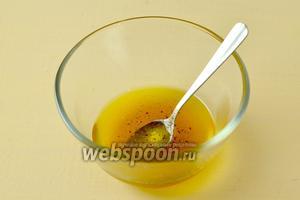Смешиваем оливковое масло с лимонным соком, медом, соевым соусом и свежемолотым перцем. Взбиваем в эмульсию.