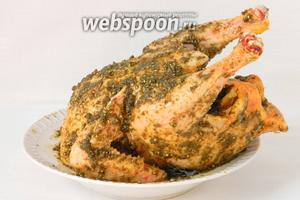 Натираем курицу со всех сторон и внутри так же. Оставляем в холодильнике на пару часов.