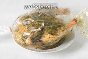 Курицу аккуратно помещаем в рукав для запекания.