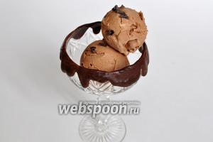 Ложкой для мороженого сформируем шарики и выложим в креманки.