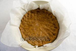 Готовое тесто выложить на дно формы, устланной пергаментной бумагой, равномерно распределяя. Поставить форму с тестом в горячую духовку. Выпекать в течение 20 минут при температуре 180 °C.