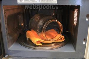 Стерилизовать банки: хорошо промыть, особенно место соприкосновения с крышкой, налить немного воды в каждую, поставить в микроволновку и включить на максимальную мощность на 3-5 минут (2-х литровые не входят, поэтому я их укладываю на бок на полотенце для устойчивости).