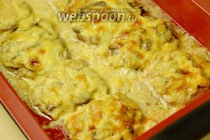 Готовое мясо должно быть сочным, а корочка из сыра легко зарумяненной.