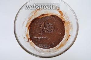 Сразу убрать смесь с водяной бани и продолжать мешать. Оставить смесь на столе до остывания, не стоит охлаждать смесь, ставя в миску с холодной водой. Просто оставьте на столе.