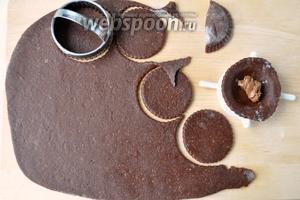 Раскатываем тесто толщиной 5 мм. Вырезаем кружки. Для лепки пряников можно использовать приспособление для печенья и вареников. Положить в серединку начинку.