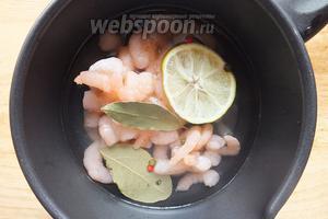 Не размораживая, залейте креветки 1 стаканом холодной воды, добавьте соль, перец, лавровый лист, ломтики лимона. Поставьте на самый медленный огонь, доведите до кипения и проварите 2 минуты. Слейте воду, удалите специи и лимон.