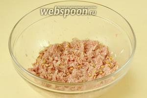 Добавляем к орешкам и луку фарш и сырой промытый рис, чайную ложку соли, черный молотый перец, перемешиваем.