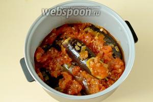 Укладываем баклажаны в мультиварку, заливаем подготовленным соусом и ставим программу «Тушение» на 1,5 часа.