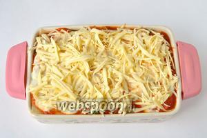 Закрыть листом лазаньи, нанести томатный соус, на него Бешамель и тёртый сыр. Закрыть фольгой и поставить в духовку при 200°C на 30 минут. Снять фольгу, и поставить ещё минут на 7, чтобы сыр подрумянился.