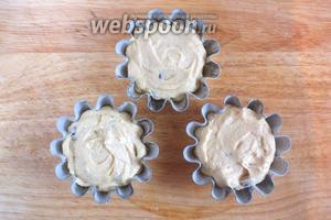 Разложите тесто по смазанным и обсыпанным мукой формочкам и отправьте в духовку на 25-30 минут.