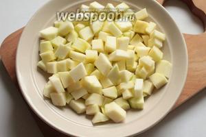 Кабачки очистить от кожуры и семян, нарезать кубиками.