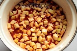 Смешать с солью, сахаром, растительным маслом и разведённой в воде томатной пастой. Проварить с момента закипания на маленьком огне 10 минут.