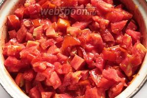 А ещё через 10 минут мелко порезанные помидоры и уксус. Варить салат ещё 10 минут.