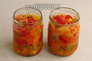Плотно уложить подготовленные овощи.