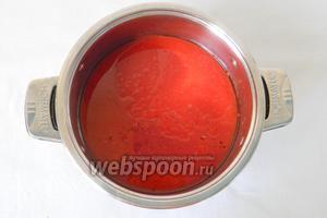 В глубокую кастрюлю вылить томатный сок, растительное масло, посолить, довести до кипения.