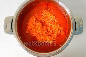 Всыпать в него лук, поварить 15 минут и добавить морковь. Снова варить 15 минут.