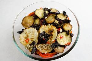 Залить овощи заправкой. Заправка должна покрыть овощи полностью, когда вы придавите их грузом.